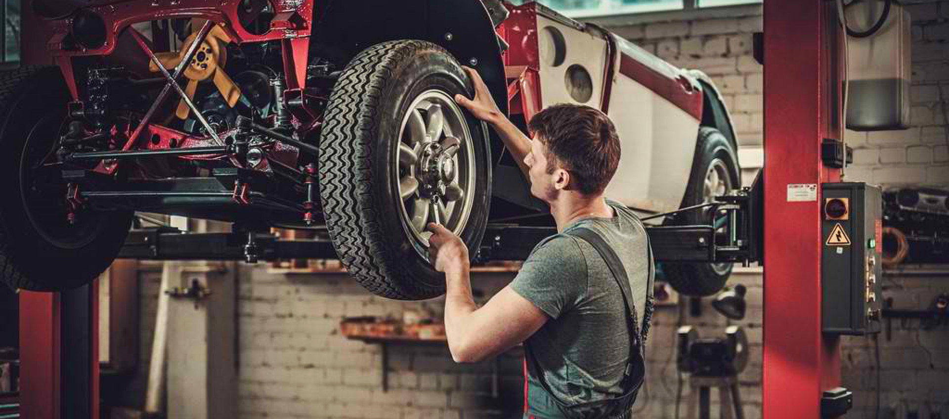 male maechanic removing the tire
